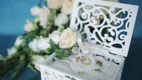 лестницы портрета платья принципиальной схемы невесты wedding Обручальные кольца в деревянной коробке handmade, окруженный цветка сток-видео