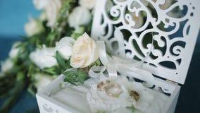 лестницы портрета платья принципиальной схемы невесты wedding Обручальные кольца в деревянной коробке handmade, окруженный цветка акции видеоматериалы
