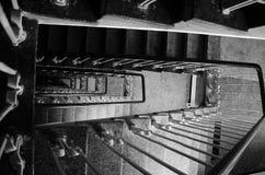 Лестницы прихожей в историческом доме черно-белом Стоковое фото RF