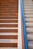 Лестницы против эскалатора Стоковые Фотографии RF