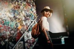 Лестницы счастливой женщины взбираясь в здании города родовом Стоковая Фотография