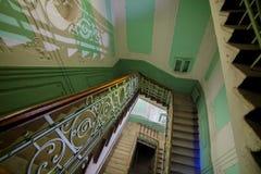 Лестницы с элегантными перилами в старом покинутом доме, бросании Стоковые Изображения
