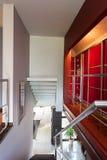 Лестницы с banister металла стоковые фото