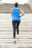 Лестницы Sporty женщины бежать взбираясь стоковая фотография