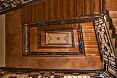 Лестничный колодец старого дворца, увиденный от первого этажа к верхней части стоковые фотографии rf