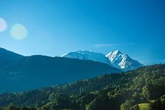 Лес, высокогорный ландшафт и голубое небо в Свят-Gervais-Les-Bains стоковое фото rf