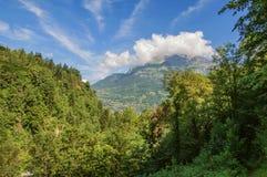 Лес в Свят-Gervais-Les-Bains с высокогорным ландшафтом гор стоковые изображения