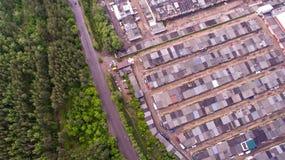 Лес, гаражи и автостоянка от взгляд сверху, aerophoto Стоковая Фотография