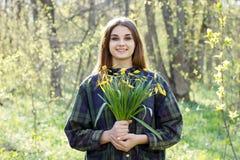 Лес девушки весной стоковое изображение rf