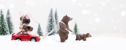 Лес зимы Snowy с гризли и миниатюрным красным автомобилем Стоковые Фотографии RF