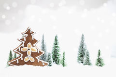 Лес зимы Snowy с рождественской елкой пряника Стоковое Изображение RF
