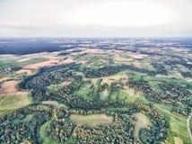 Лес и жилая площадь в Литве, районе Telsiai Пшеничные поля, лес, городок Стоковая Фотография RF