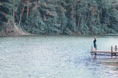 Лес и маленькая девочка реки стоковые изображения rf