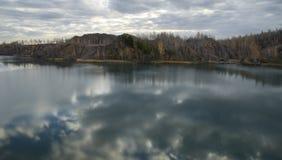 Лес и озеро в покинутом карьере Стоковые Фотографии RF