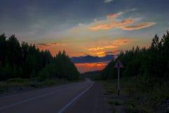 Лес осени с проселочной дорогой на заходе солнца Красочный ландшафт с деревьями, сельская дорога, солнце в падении стоковое изображение