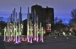 Лес светлой скульптуры вечером стоковые фотографии rf