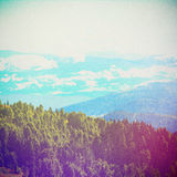 Лес сказки в ретро стиле Бумажный текстурированный год сбора винограда Ландшафт горы, Стоковые Изображения RF
