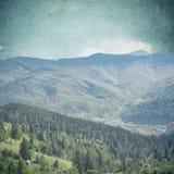 Лес сказки в ретро стиле Бумажный текстурированный год сбора винограда Ландшафт горы, Стоковое фото RF