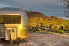 Лес Wickenberg Аризона Saguaro захода солнца Airstream располагаясь лагерем стоковое фото