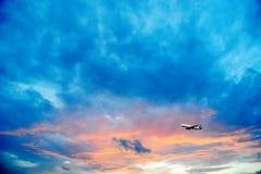Летание авиакомпании в небе на ноче Стоковое Фото