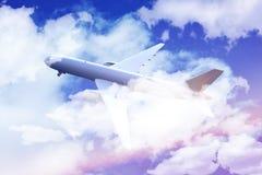 летание авиалайнера Стоковые Фото