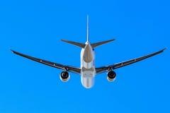 Летание авиалайнера двигателя под голубым небом Стоковое Изображение