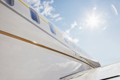 Летание авиалайнера в высоком облачном небе Стоковое фото RF