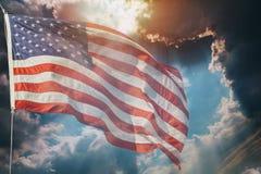Летание американского флага, над красивым восходом солнца захода солнца с облаками, стоковые фотографии rf