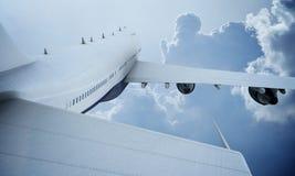 Летание белого самолета в небе и облаках Самолет Боинг 747 стоковая фотография