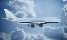 Летание белого самолета в небе и облаках Самолет Боинг 747 стоковые фотографии rf