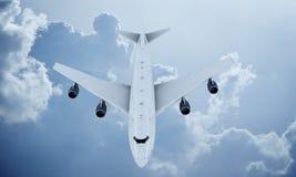 Летание белого самолета в небе и облаках Самолет Боинг 747 стоковое фото rf