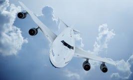 Летание белого самолета в небе и облаках Самолет Боинг 747 стоковое изображение rf
