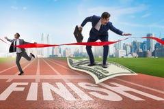 Летание бизнесмена на банкноте доллара к финишной черте Стоковые Фотографии RF