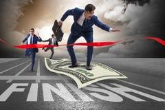 Летание бизнесмена на банкноте доллара к финишной черте Стоковые Изображения RF