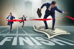 Летание бизнесмена на банкноте доллара к финишной черте Стоковое Изображение