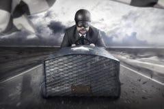 Летание бизнесмена с деревянным самолетом игрушки стоковые фото