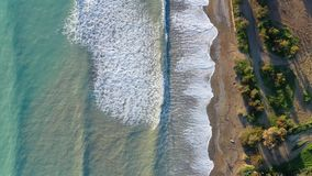 Летание вдоль взгляда морского побережья надземного сток-видео