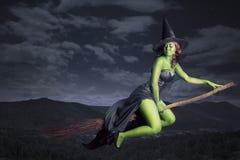 Летание ведьмы Halloween на broomstick Стоковое Изображение RF