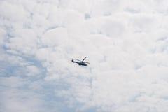 Летание вертолета в небе среди облаков Стоковые Фотографии RF