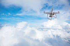 Летание вертолета трутня с цифровой фотокамера Трутень с высоким цифровой фотокамера разрешения стоковые фото