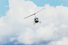 Летание вертолета в голубом небе Стоковое Фото