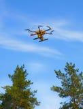 Летание вертолета в небе Стоковые Фотографии RF