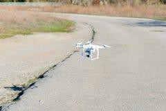 Летание вертолета трутня Uav с цифровой фотокамера Трутень Hexacopter с высоким цифровой фотокамера разрешения на небе Стоковые Изображения RF