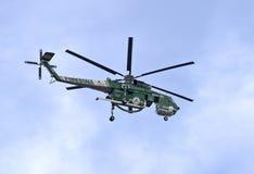 Летание вертолета Firefighting для боя огня Стоковое Изображение