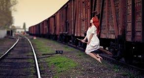 Летание ведьмы Redhead на венике стоковые фото