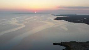 Летание вида с воздуха над заливом в восход солнца видеоматериал