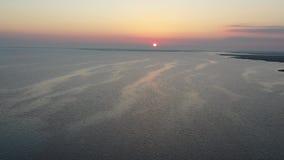 Летание вида с воздуха над заливом в восход солнца сток-видео