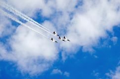 Летание военного самолета в образовании Стоковые Изображения