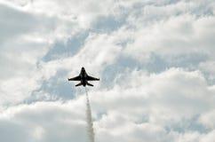 Летание военного самолета Стоковая Фотография