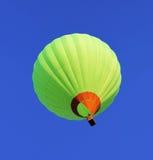 Летание воздушного шара в голубом небе Стоковая Фотография RF